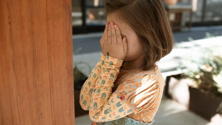 """Atti sessuali in presenza di minori: il reato di """"corruzione"""" di minorenne"""