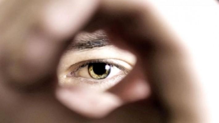 I reati del voyeur: cosa rischia il guardone?